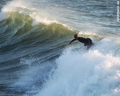 Les surfeurs plus exposés aux bactéries résistantes aux antibiotiques